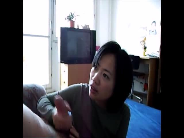handjob gives Chinese video masseuse